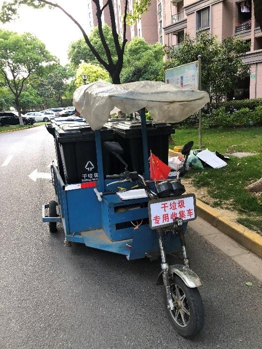 上海某小区的干垃圾收集车,干垃圾将进行焚烧处理。澎湃新闻记者 冯婧 图