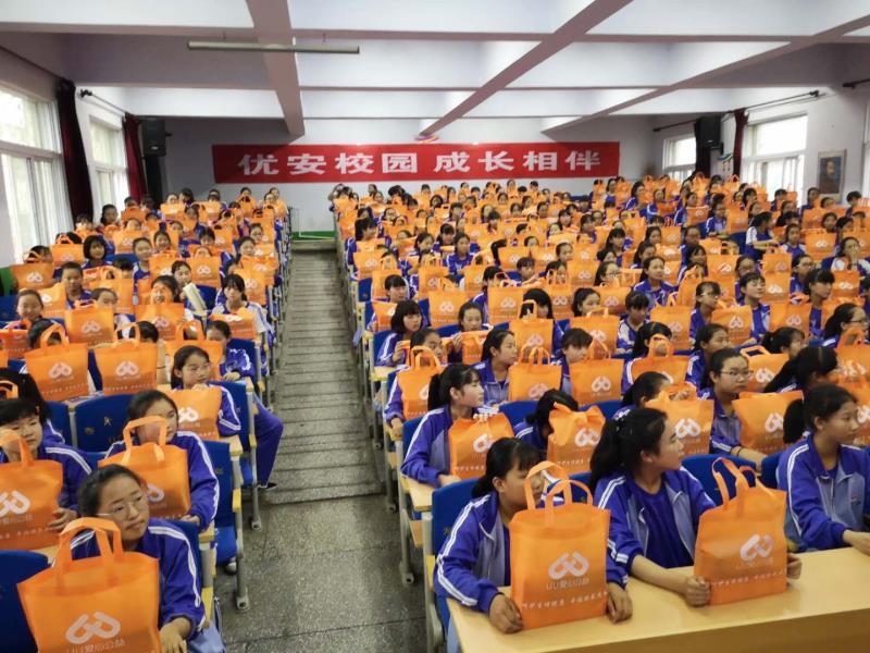 公益机构志愿者在给女孩们派发卫生用品 本文图片均为受访者供图