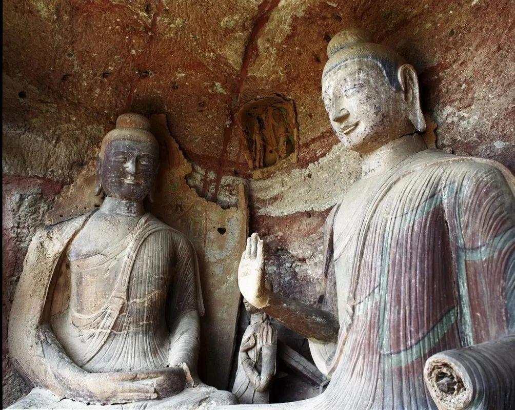 第78窟(麦积山现存最早洞窟之一)正壁和西壁佛坐像