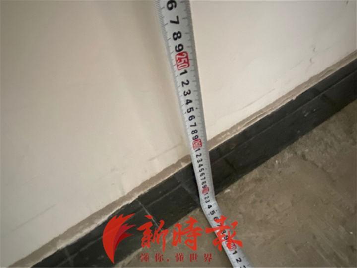 刘先生购买的商铺屋顶到地面的距离大约有2.73米 来源:新时报APP