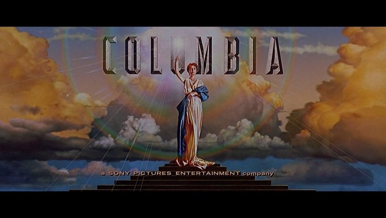 这个手持火炬的姑娘就是哥伦比亚电影公司的Logo,出现在了这部影片片头。
