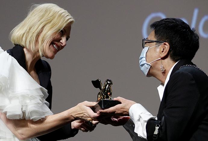 凯特·布兰切特为许鞍华颁奖。本文图片 人民视觉