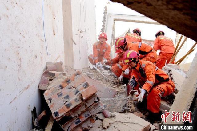 救援官兵利用大型工程机械、破拆工具结合手刨的方式,尽全力搜救被困人员。 中新网 图