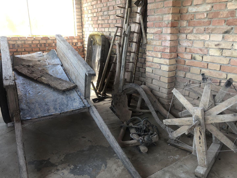 战士们当年使用过的生产工具。