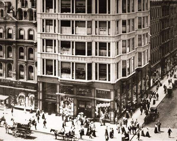 芝加哥国家大道上新落成的瑞莱斯大厦一楼附近熙熙攘攘的人流。这座1895年面世的大厦可以说是现代史上第一座真正意义上的摩天大楼。