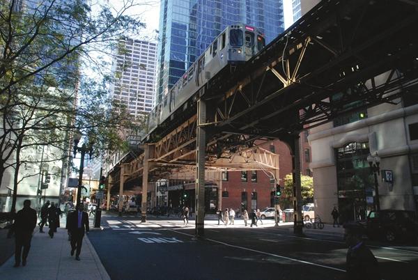 """沿着湖街设计的芝加哥""""L""""高架铁路。始建于19世纪90年代的芝加哥地铁不乏趣闻逸事,它对芝加哥中心城区形态的塑造影响巨大。"""
