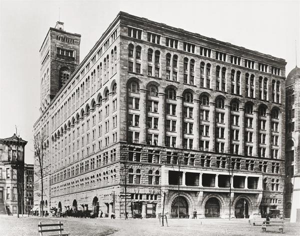 1887年,沙利文与阿德勒合作设计的芝加哥会堂大厦。建筑恢宏简洁,充满都市气息。在它落成时,它是美国规模最大的独幢大楼,也是芝加哥的第一高楼。