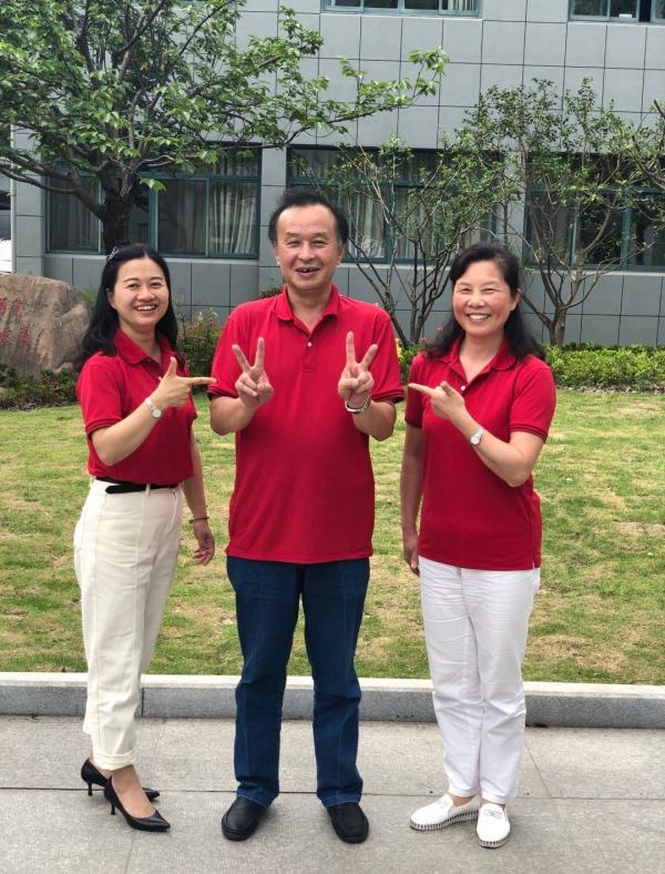 从左至右为行知中学高三(9)班语文教师兼班主任贾臻、数学教师丁杰冲和英语教师崔静,他们一身红衣为高考学生送考。受访者供图