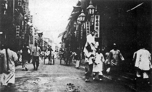 清末上海四马路一雏妓出台的情景,按照当时的惯例,由龟奴肩负着