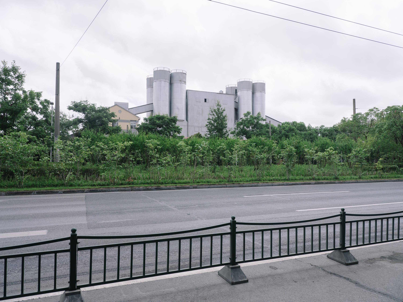 定海社区附近的工厂场景。澎湃新闻记者 周平浪 图
