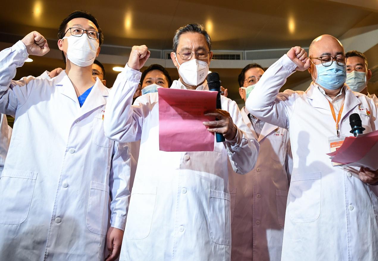 """图为2020年3月2日,""""共和国勋章""""获得者、中国工程院院士钟南山在广州医科大学附属第一医院首批战""""疫""""一线火线发展党员的入党宣誓仪式上领誓。新华社记者 邓华/摄"""