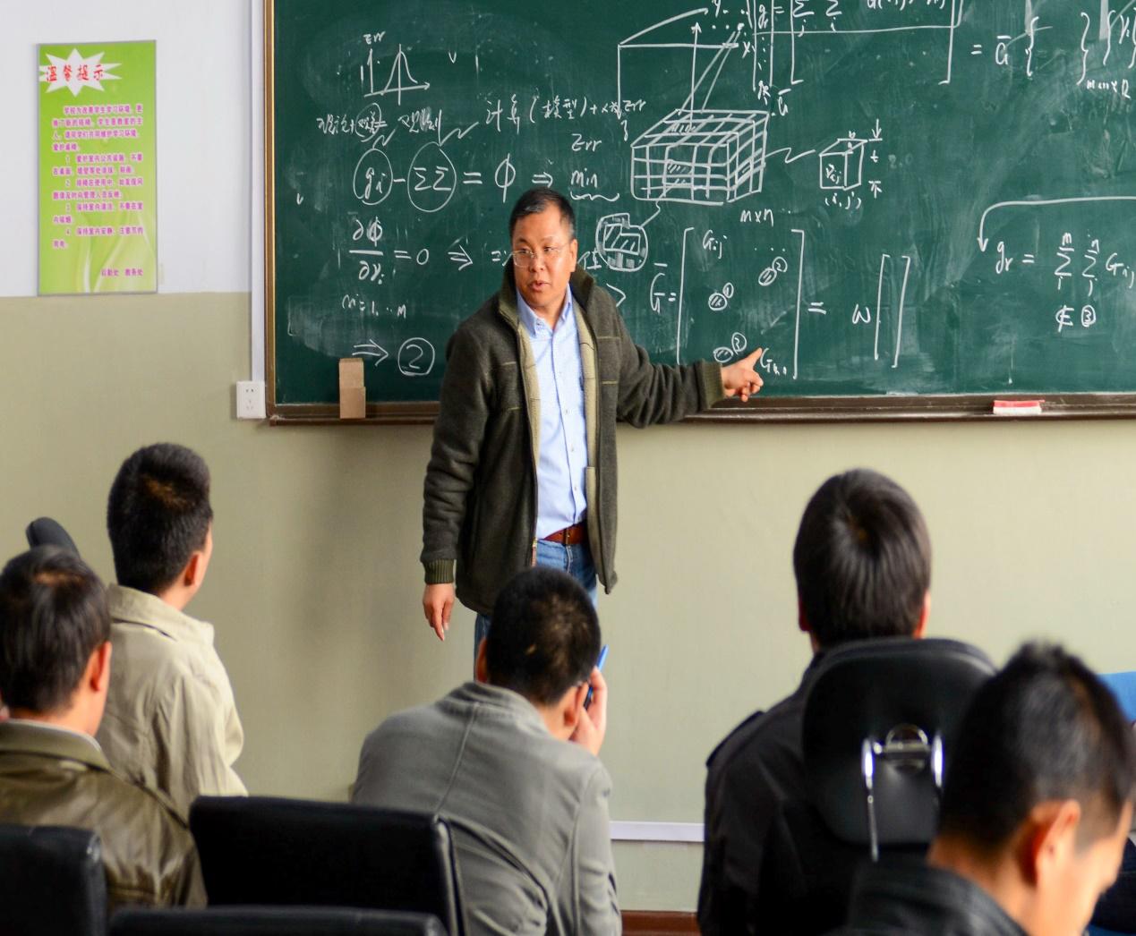 黄大年在为吉林大学的学生们授课(2011年4月10日摄)。新华社发
