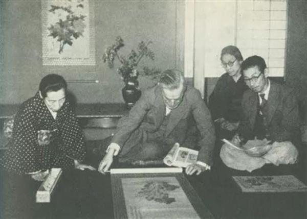 图1 喜龙仁(中)与日本艺术史家岛田修二郎(右一)在日本黑川古文化研究所看中国古画