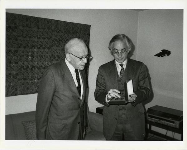 图12亚历山大·索珀正由弗利尔美术馆的总监米洛·C.比奇授予查尔斯·朗·弗利尔奖章,1990年。
