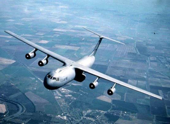 C-141运输机外形上最大的特点是机体修长。