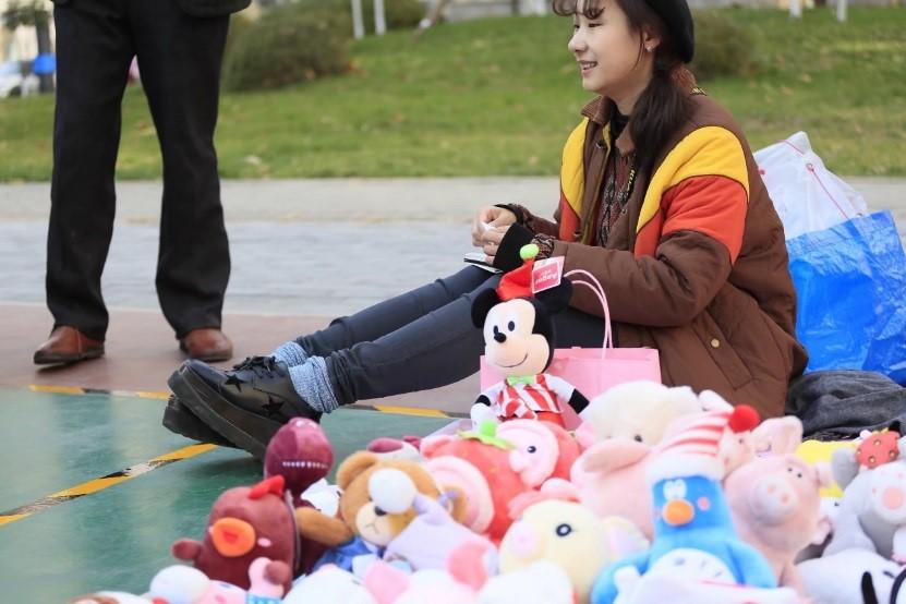 这是一个非常擅长玩娃娃机的北京邻居。第一次出市集摊位时,她扛了几大袋娃娃来摆摊,都是她抓出来的。她是个漫画师,还专门做了一个抓娃娃秘籍的小册子。后来,这个社区的市集上出现了很多卖娃娃的摊位。