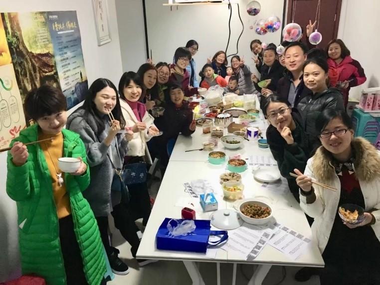 这是郑州一个社区的聚餐。社区邻居们来自河南的不同村落,可以品尝到河南各地的美食。