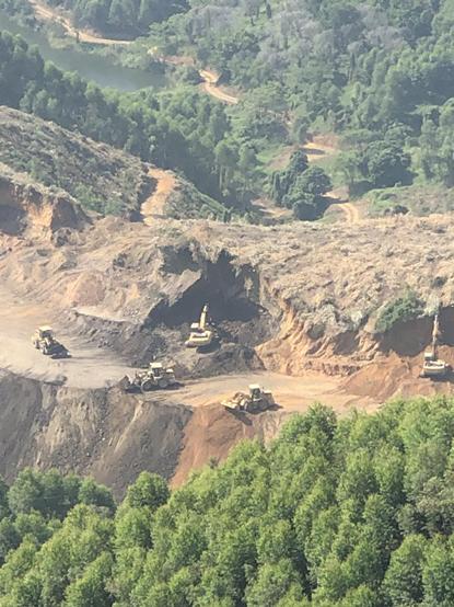 疑似非法开采现场,有挖掘机在施工。 拍摄者供图