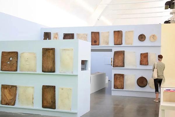展厅里,摆放着从村民家中搜集来的砧板,这见证了村庄的变迁。