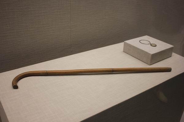 弘一法师使用过的藤手杖和怀表,1932年赠予胡宅梵留作纪念。1985年由胡孟济捐赠杭州虎跑弘一法师李叔同纪念馆