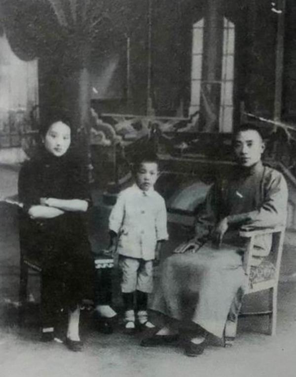 胡宅梵、沈蓉绯夫妇与长子胡孟济(1933年摄)