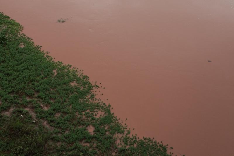 赭红色的威远江水
