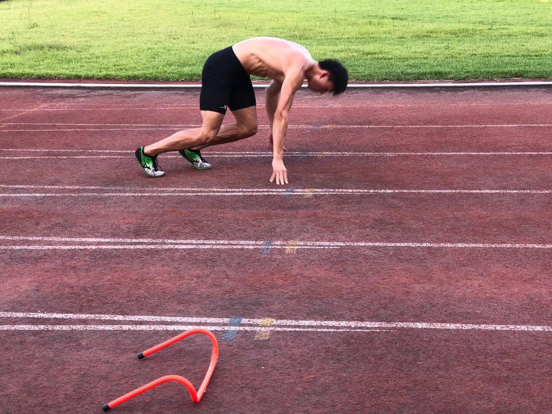 许周政训练起跑。