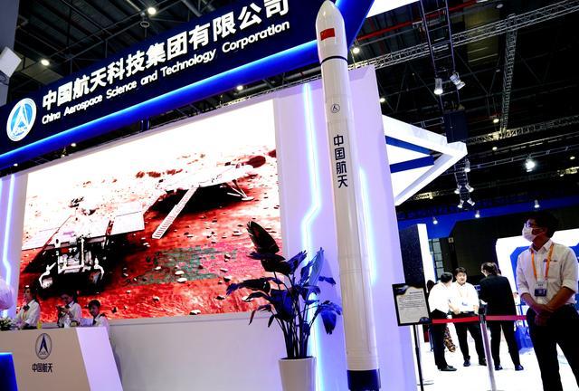 9月15日在中国国际工业博览会上拍摄的火箭模型。新华社记者 张建松 摄