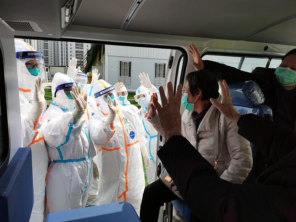 驰援雷神山的上海第八批医疗队送别最后一批患者。  高翔 图