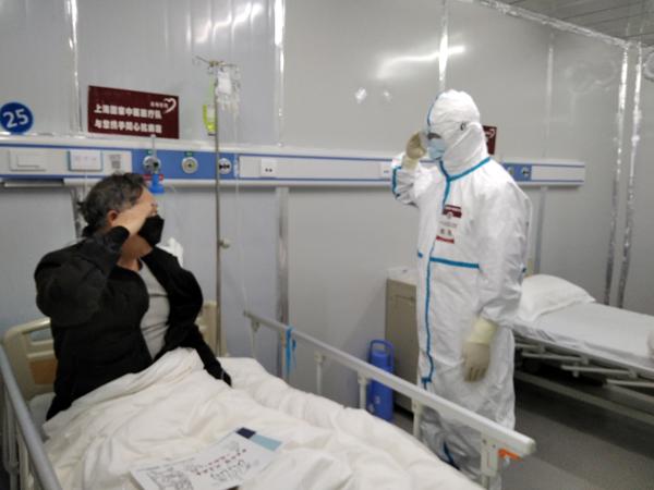 79岁患者金老先生用军礼致敬上海医生樊民。 张艳 图