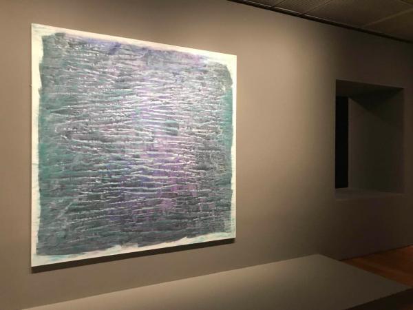 展厅开端的维琪·科隆贝特抽象作品