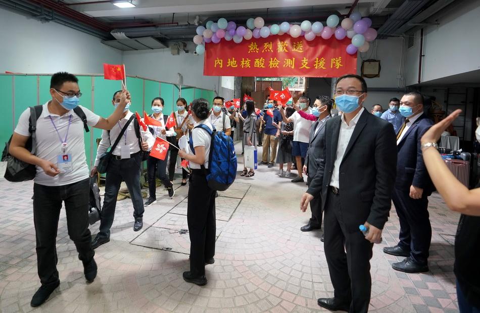 9月16日,香港市民和社团代表来到部分支援队员下榻的湾仔华美粤海酒店,欢送支援队员返程。本文图片均为新华社、人民视觉 图