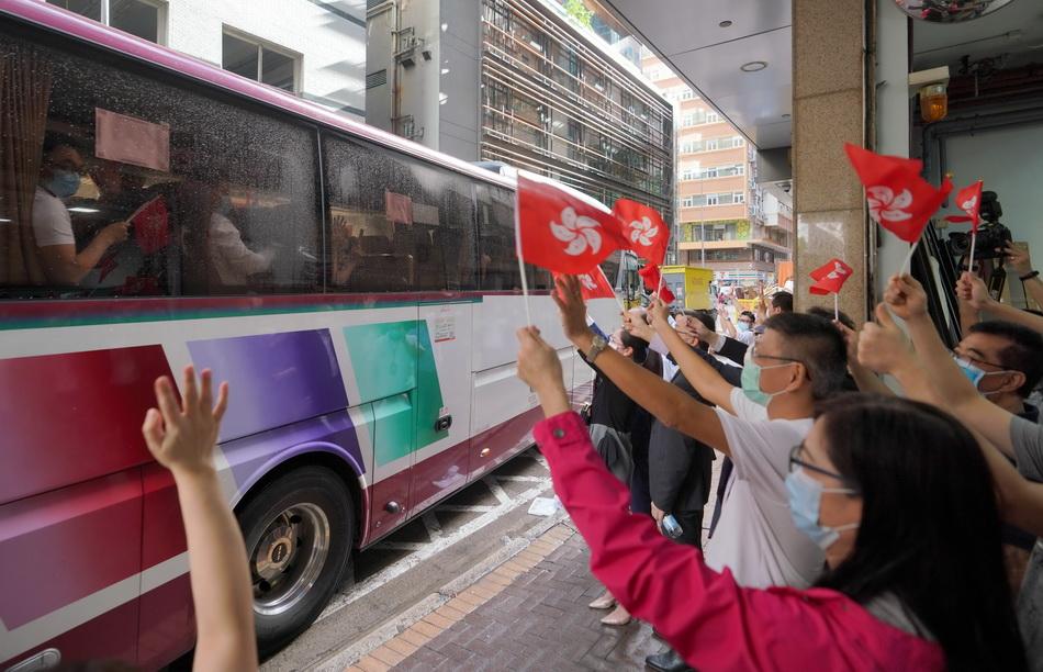 9月16日,内地核酸检测支援队离开香港,不少香港市民自发在酒店外夹道欢送。