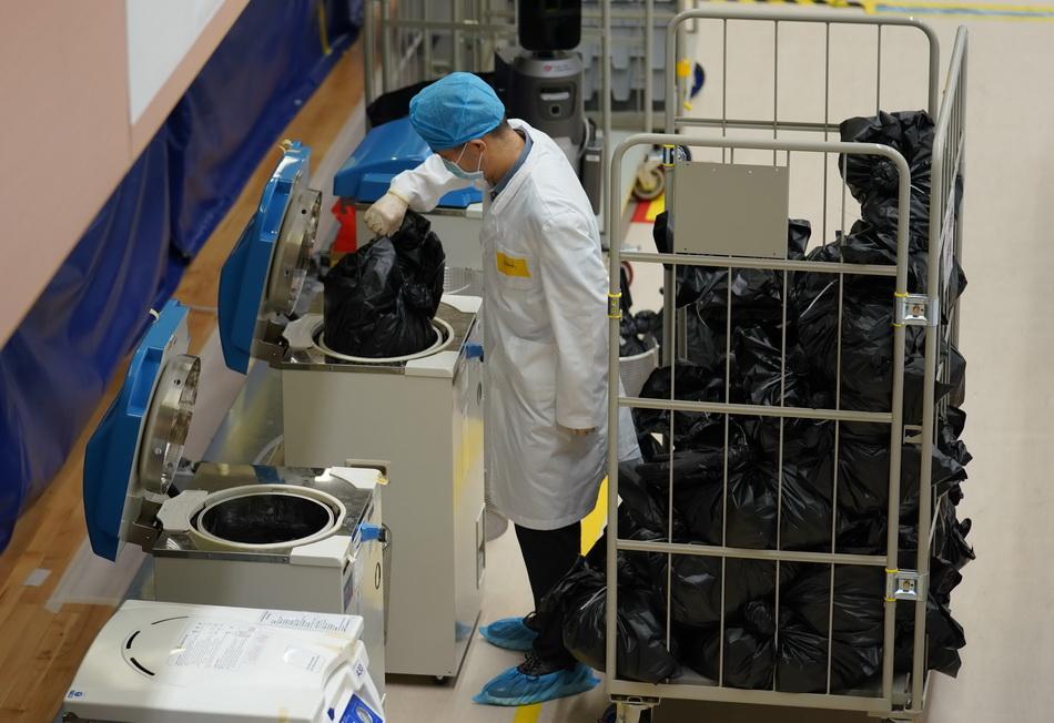 """9月12日,工作人员将检测结果呈阴性的样本送入""""高压灭菌锅""""销毁。"""