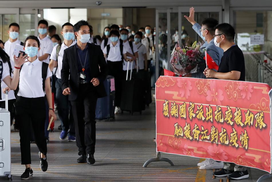 8月21日,香港市民代表欢迎内地核酸检测支援队抵达香港。