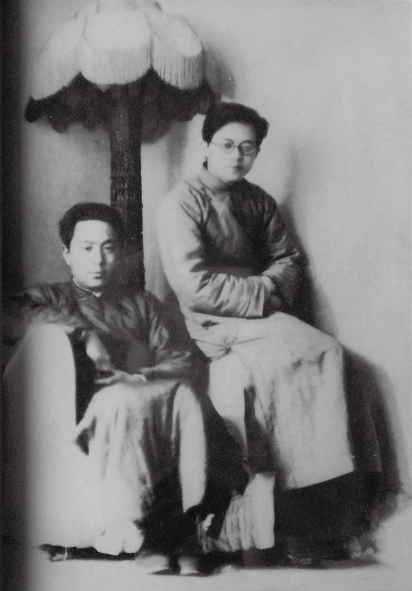 1934年靳以与卞之琳摄于三座门大街十四号