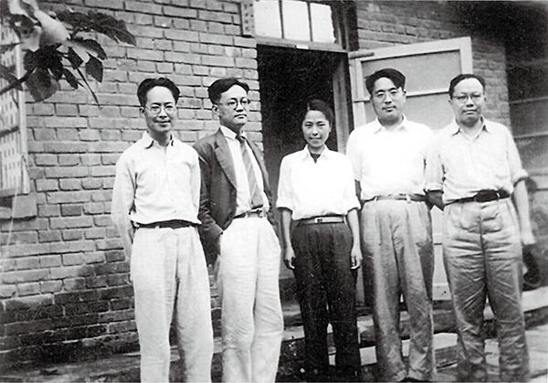 1949年第一次文代会期间摄于沈从文家,自左至右依次为:沈从文、巴金、张兆和、靳以、辛笛。
