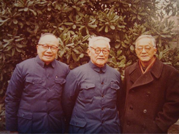 1978年摄于上海巴金家花园,右起:卞之琳、巴金、辛笛。