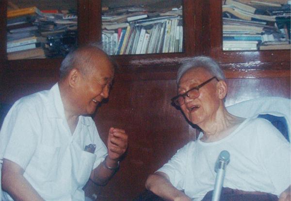 1990年6月萧乾与巴金摄于巴金家的客厅