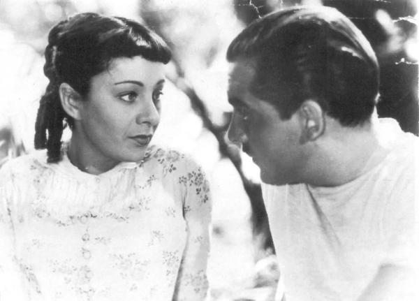 法国女演员西尔维亚·巴塔耶(Sylvia Bataille,1908-1993),二十岁时嫁给乔治·巴塔耶,1934年二人分居,1946年离异。西尔维亚从1938年开始成为拉康的伴侣,1941年为其诞下一女,二人于1953年正式结婚。图为西尔维亚在让·雷诺阿导演的《乡村一日》(1936)中的剧照。