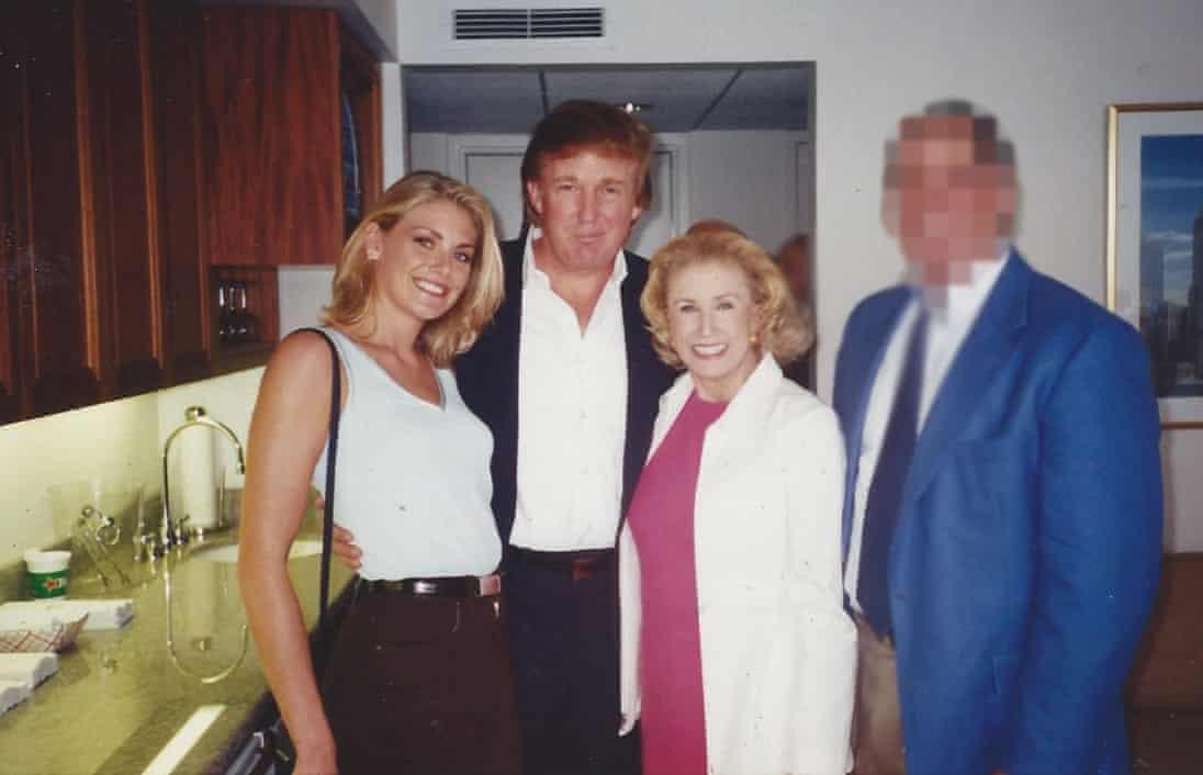 多里斯称,性侵发生在图中背景隔离墙后面。左一为艾米·多里斯,左二为特朗普。