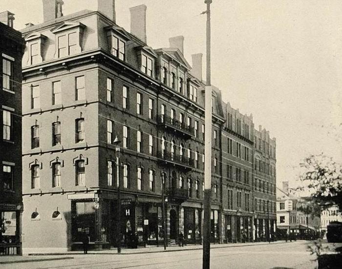 二战哈佛特训科中日文班课堂所在建筑,位于剑桥镇马萨诸塞大道南侧,近处为霍利约克楼(Holyoke House),远处为立德楼(Little Hall),两楼并排相连,今皆不存,原址现为史密斯校园中心。