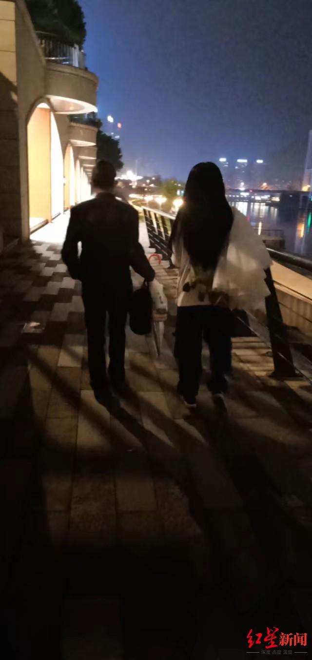 父亲黄某到南充市,小依陪其散步。图据受访者