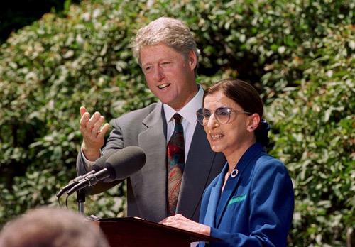 1993年,金斯伯格获时任总统克林顿(Bill Clinton)任命最高法院大法官。