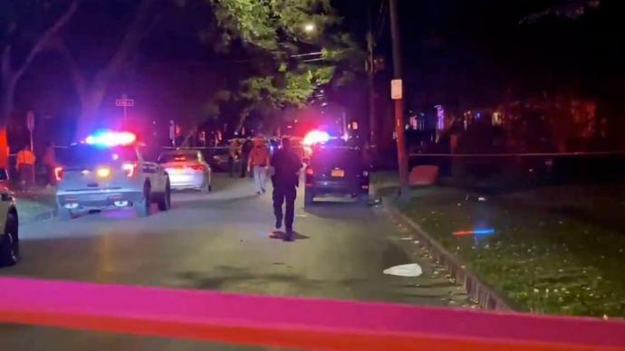 美国纽约州今日凌晨发生大规模枪击案,16人中枪2人死亡