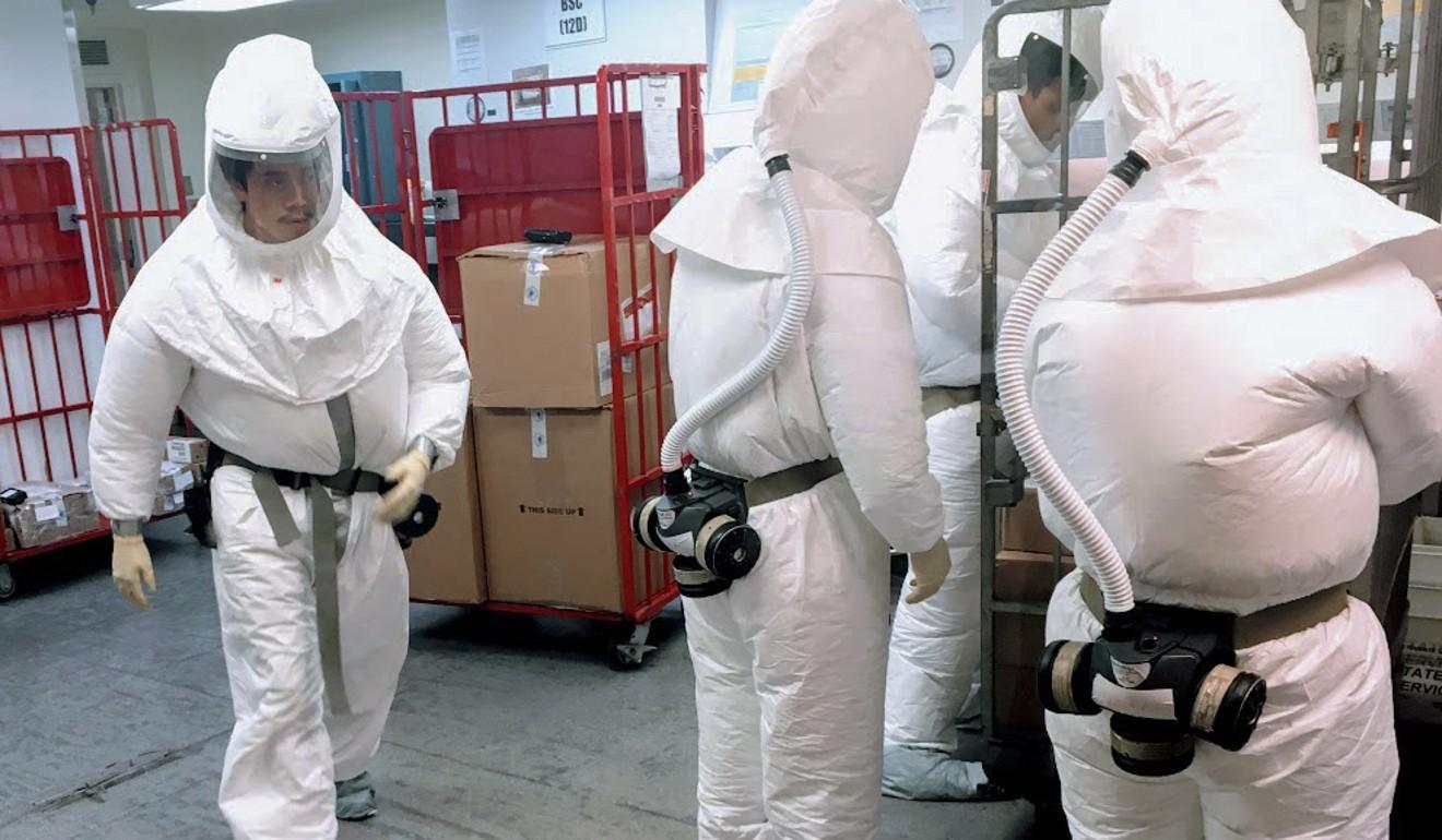 美国工作人员穿防护服,检查寄<strong>杭州<strong>域名网</strong>宠物美容培训</strong>给五角大楼的邮件。
