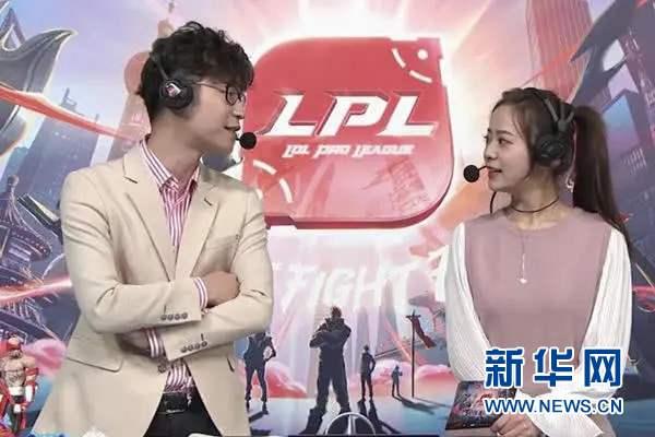 LPL(英雄联盟职业联赛)官方解说王多多(左)在解说比赛,他毕业于中国人民大学。