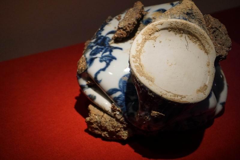一件残破的青花折枝瑞果纹梅瓶