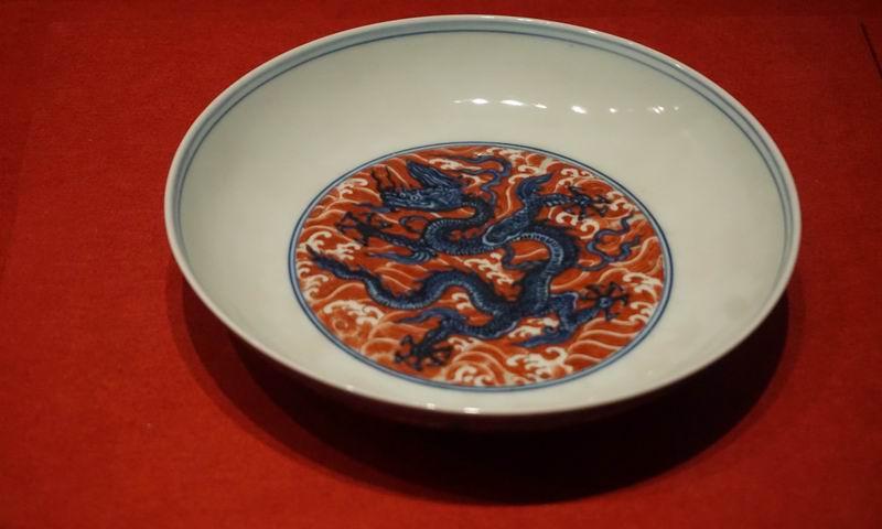 青花加矾红彩海水龙纹盘
