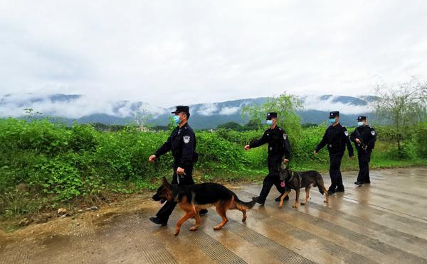 在畹町边境巡逻道上巡逻的警员。符皓 摄